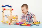 Liebenswert Kind spielt mit Holzgebäude Spielzeug — Stockfoto