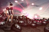 Mujer africana en los neumáticos — Foto de Stock