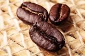 Drei kaffee-körner — Stockfoto