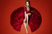 Bela mulher de vestido vermelho — Fotografia Stock