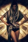 Frau in Cape und Uhr — Stockfoto