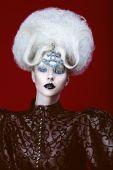 Mujer con peinado creativo — Foto de Stock