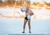 Man wipes towel after swimming in  freezing — Stockfoto