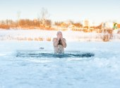 Winter recreation - swimming in  ice-hole — Stock Photo