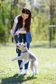 彼女の犬と美しい若い女の子の肖像画 — ストック写真