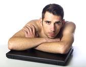 Hombre desnudo con el portátil — Foto de Stock
