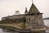Stone tower and Pskov Kremlin fortress wall — Stock Photo