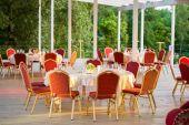 Bord och stolar i restaurangen — Stockfoto