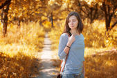Girl in the autumn park — Stock Photo
