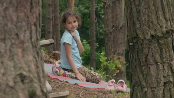 Видео в лесу девушки фото 153-94