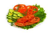 Gurken tomaten lecker geschnitten salatteller isoliert auf weiß ba — Stockfoto