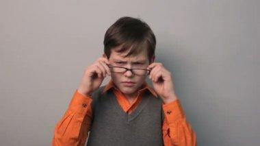 Arrabbiato adolescente mette sulla suo testa ragazzo indossa occhiali dieci anni — Video Stock