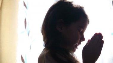 Child teen girl praying prays silhouette in window video hd 1920x1080 — Стоковое видео