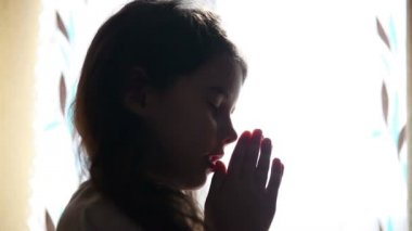 Child teen girl praying prays silhouette in the window video hd 1920x1080 — Vídeo stock