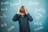 Teen chlapec vědec se nezdaří, držel jeho hlavu vzorce fyziky scienc — Stock fotografie
