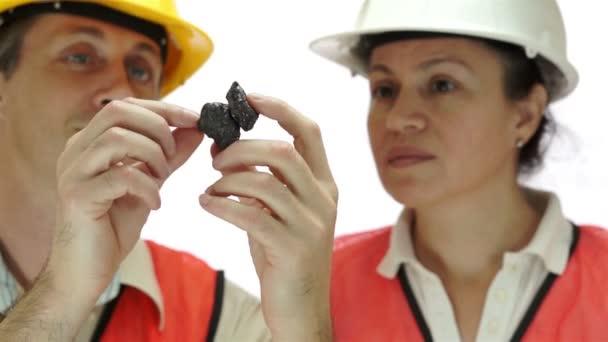 Inspección de carbono grafito mineral de los mineros — Vídeo de stock