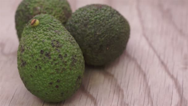 Whole Avocados on Wood Dolly — Vidéo