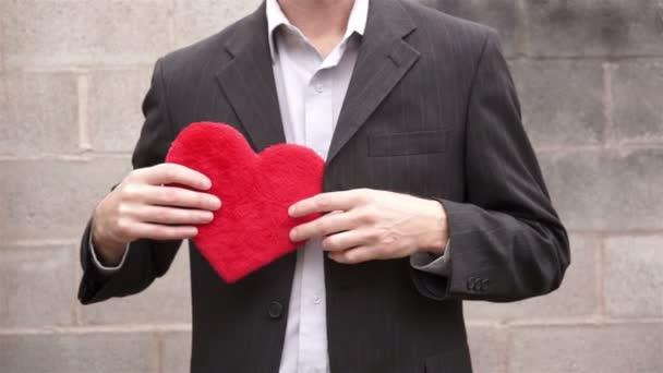 Man Gives Away His Heart — Vidéo