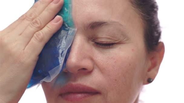 Mujer con compresas frías para la migraña — Vídeo de stock