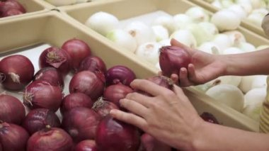 Woman Shopping for Red Onions Handheld — Stock Video