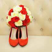 Beautiful bridal bouquet with wedding shoes — Stock Photo