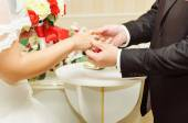 Wedding couple exchanging the rings — Stock Photo