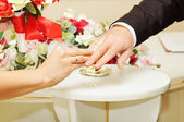 Bride groom wears the ring wedding — Stock Photo