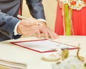 Brudgummen tecken bröllop kontrakt — Stockfoto