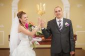 Just married and happy bride and groom — Stock Photo