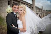 Casal amor noiva e noivo junto no dia de verão nupcial desfrutar de um momento de felicidade e amor — Fotografia Stock
