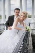 Brudgummen och bruden utomhus — Stockfoto