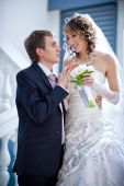 Bröllopsparet på hotellkorridoren — Stockfoto
