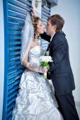 Gelukkige bruid en bruidegom in de hal van het hotel — Stockfoto