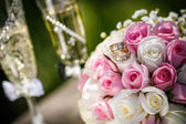 Wedding rings with roses and glasses of champagne — ストック写真