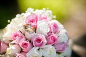 Wedding rings on a roses flowers, focused to the rings — Fotografia Stock
