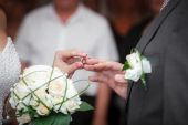 Bride newlyweds wears ring groom at a wedding couple — Stock Photo
