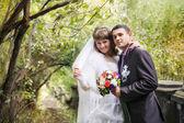 Bruden och brudgummen i höst park — Stockfoto