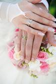 Handen en ringen op bruiloft boeket — Stockfoto