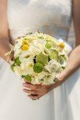 Bröllop bukett i brudens händer — Stockfoto