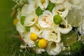 Wedding bouquet from beige roses, cinnamon, a lemon, a lime on a green grass — ストック写真