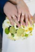 Bouquet da sposa nelle mani della sposa e dello sposo — Foto Stock