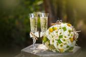 Wedding rings with roses and glasses of champagne — Foto de Stock