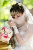 Portret pięknej narzeczonej z bukietem kwiatów — Zdjęcie stockowe
