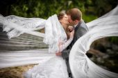 Bride and groom on a romantic moment — Stock Photo