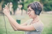 Unga hipster kvinna lyssna på musik selfie — Stockfoto