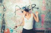Hipster kadın kulaklık ile — Stok fotoğraf