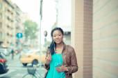 Auricolari di musica ascolto donna africana — Foto Stock