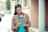 Kobieta za pomocą tabletu — Zdjęcie stockowe