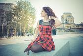 молодые красивые хипстеры женщина с рыжими вьющимися волосами — Стоковое фото