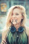 Kvinna hipster lyssnar musik — Stockfoto